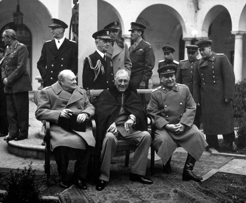 Churchill under Jaltakonferensen i krim, ett tillfälle där han visade sin förhandlingsförmåga och sitt ledarskap.